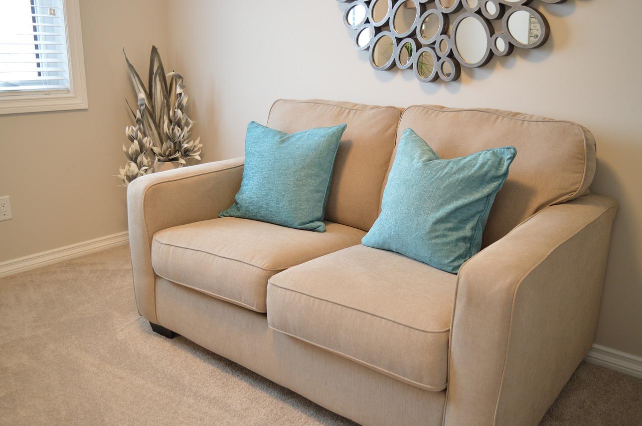 Najlepsza sofa rozkładana pasująca do brązowych ścian